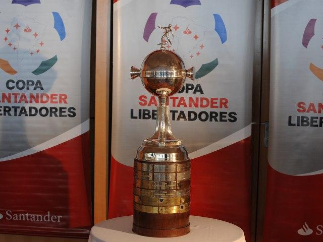 copasantanderlibertadores2011trofeo
